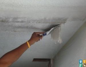 Снятие известковой штукатурки и шпатлевки с потолка